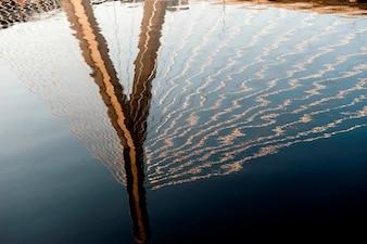Reflexion der Zakim Bunker Hill Brücke in Boston, Massachusetts, USA