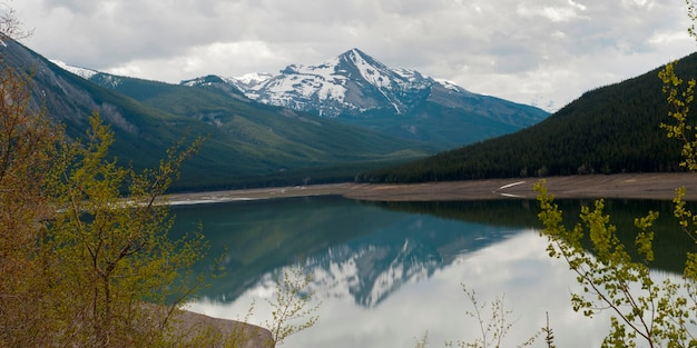 Reflexion des berges in medizin-see, jasper national park, alberta, kanada