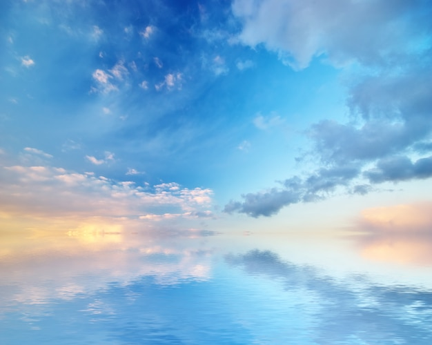 Reflexion des blauen himmels