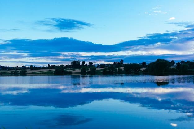 Reflexion des himmels über dem idyllischen see
