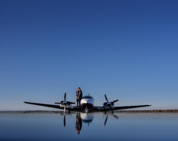 Reflexion eines hubschraubers und eines paares in der liebe und im blauen himmel, romantisches unvergessenes datum