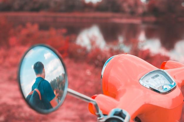 Reflexion eines mannes im seitenspiegel eines motorrades