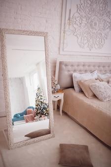 Reflexion eines weihnachtsbaumes in einem spiegel