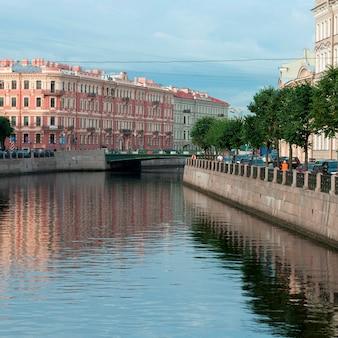 Reflexion von mariinsky-palast im moyka-fluss, st petersburg, russland
