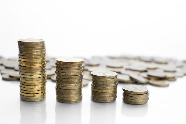 Reflexion von vielen verstreuten münzen und einer säule