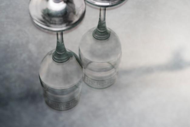 Reflexion von weingläsern auf tabelle