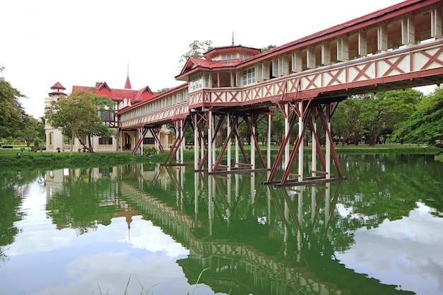 Reflexionen der beeindruckenden architektur auf dem teich von sanam chan palace, nakhon pathom, thailand