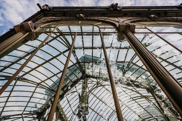 Reflexionen in den kristallen der reich verzierten fenster des crystal palace in madrid.