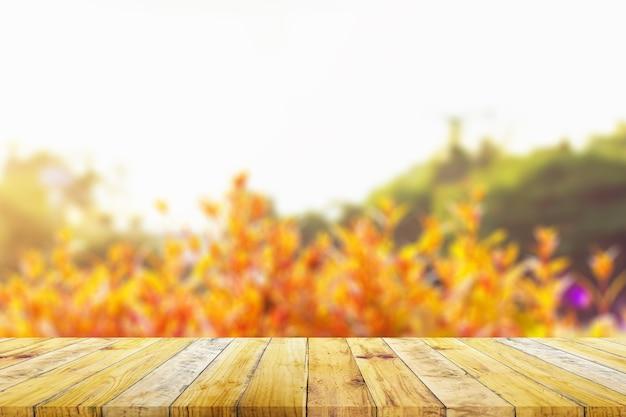 Regal des braunen holzplankenbretts mit unscharfem grünem naturhintergrund. alter vintage-stil.