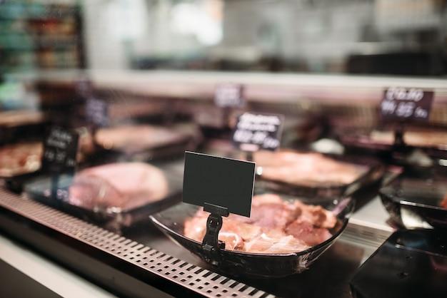 Regal mit frisch gekühltem fleisch auf dem lebensmittelmarkt, niemand. produktion von schlachthöfen im supermarkt Premium Fotos