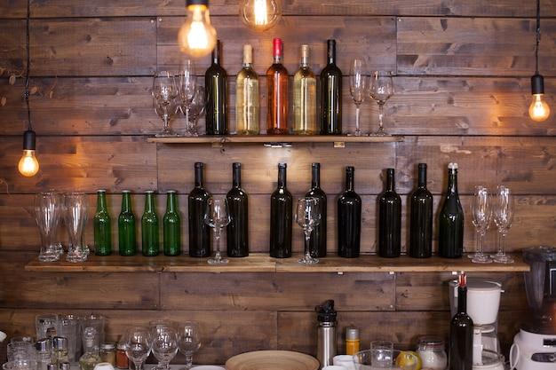 Regale in einer kneipe voller verschiedener weinflaschen. vintage-kneipe.