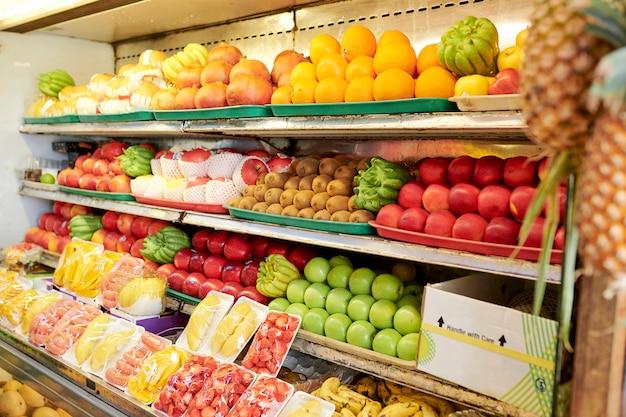 Regale mit früchten im supermarkt