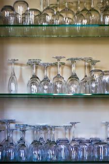 Regale mit glasweingläsern und gläsern
