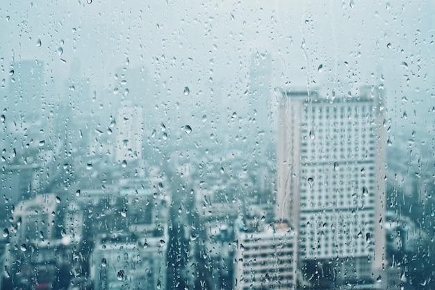 Regen fällt auf das fenster
