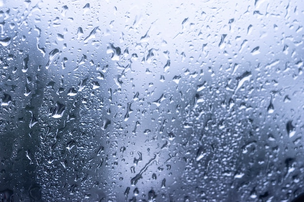 Regen fällt auf die oberfläche der fenstergläser