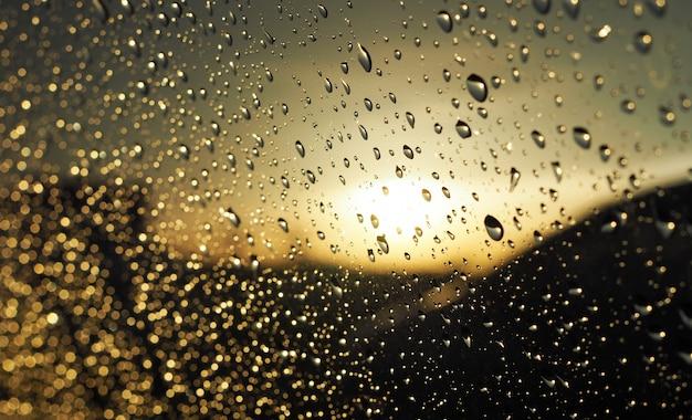 Regen fällt auf die windschutzscheibe