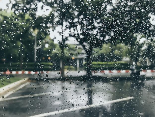 Regen fällt auf fenstergläser