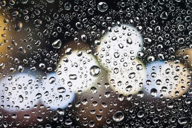 Regen fällt auf glas mit einem schönen hintergrund