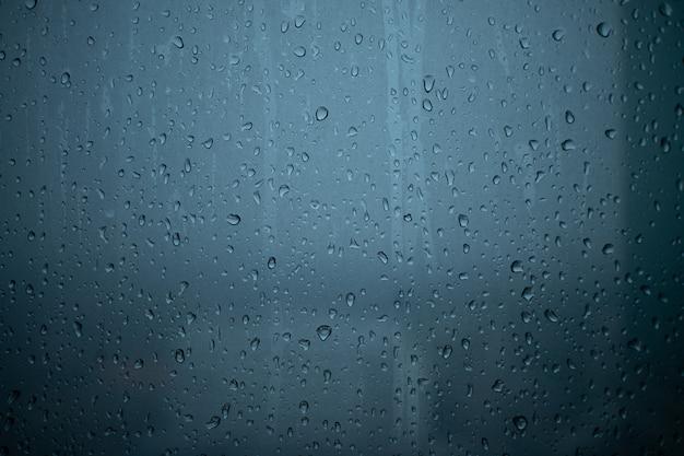 Regen läuft durch die fenster des kondominiumraumes.