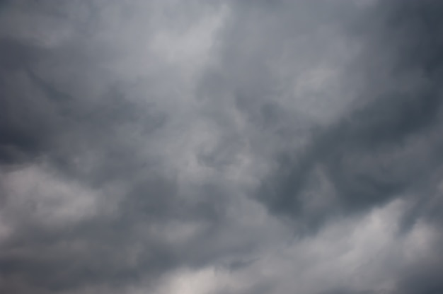 Regen nähert sich, dunkler himmel in den wolken