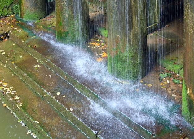 Regen und veranda mit säulen und stufen (wasserfallkomposition im alten stadtpark)