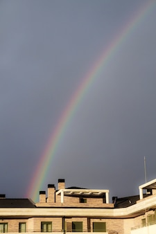 Regenbogen auf einem blauen himmel