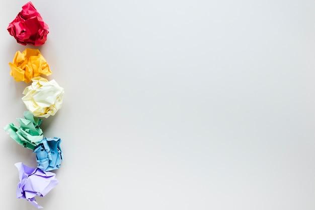 Regenbogen aus sechs farbigen zerknitterten papierkugeln