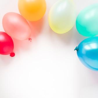 Regenbogen aus sechs luftballons