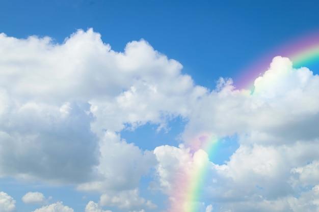 Regenbogen des natürlichen himmels mit blauem himmel und weißen wolken