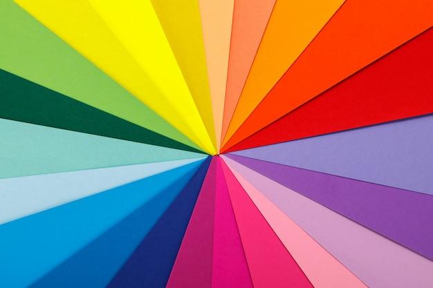 Regenbogen-farbpalette. blätter aus verschiedenfarbigem papier
