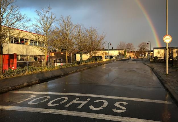 Regenbogen in einem ländlichen gebiet