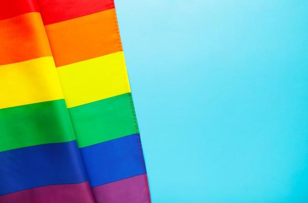 Regenbogen lgbt flagge auf blau