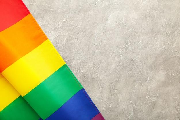 Regenbogen-lgbt-flagge auf grauem betonhintergrund mit kopienraum