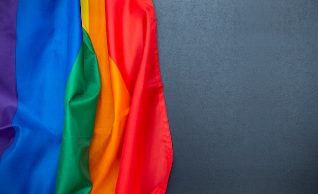 Regenbogen-lgbt-flagge auf tafel, tafel mit copyspace, schwule flagge als hintergrund, konzeptbild