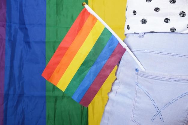 Regenbogen-lgbt-flagge in der gesäßtasche der jeans, konzept der gleichstellung der geschlechter. die diskriminierung von lesben und schwulen unterstützt den lgbt-stolz
