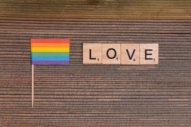 Regenbogen-lgbt-flagge mit liebeszeichen