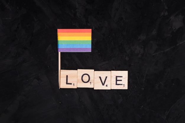 Regenbogen-lgbt-flagge und liebesaufschrift