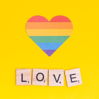 Regenbogen-lgbt-herz mit liebeszeichen