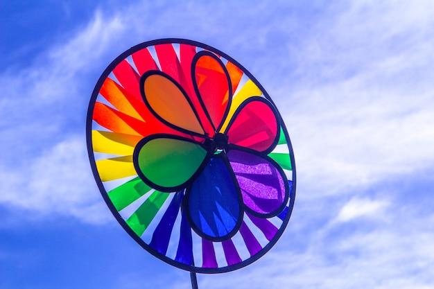 Regenbogen-lgbt-stolz drehendes feuerrad. symbol für sexuelle minderheiten, schwule und lesben