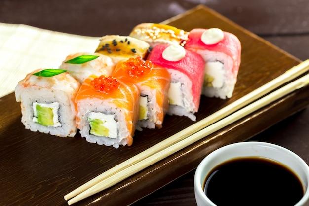 Regenbogen maki sushi