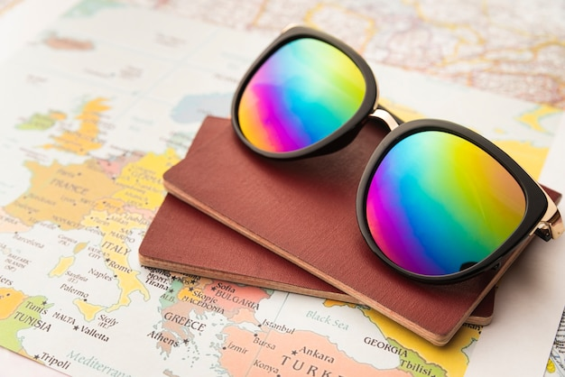 Regenbogen sonnenbrillen und tagesordnungen für die reise