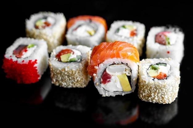 Regenbogen-sushi-rolle mit lachs, aal, thunfisch, avocado, königlicher garnele, frischkäse philadelphia, kaviar-tobica, chuka. sushi-menü japanisches essen Premium Fotos