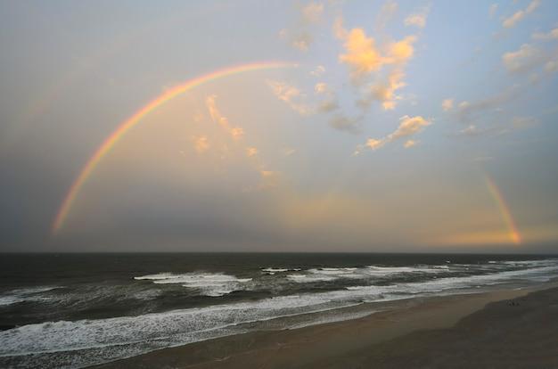 Regenbogen über daytona beach bei sonnenuntergang