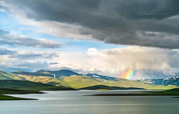 Regenbogen über dem cat dam lake in der provinz adiyaman, türkeiiya