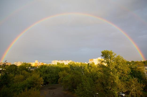 Regenbogen über der stadt