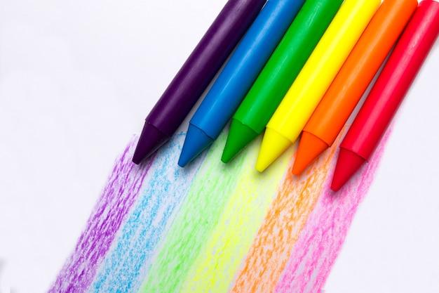 Regenbogen von den stiften auf einem weißen hintergrund. symbol für gleichgeschlechtliche beziehungen. lgbt