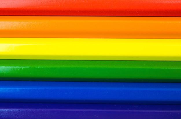 Regenbogenfarbene lgbt-stolzflagge, symbol für sexuelle minderheiten und toleranz, flaches kompositionsfoto mit farbstiften