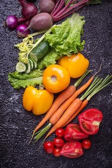 Regenbogenfarbenes gemüse. gesundes nahrungsmittelkonzept. draufsicht