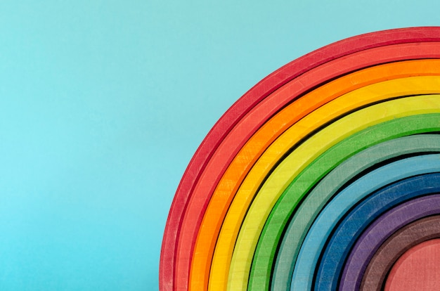 Regenbogenfarbenes holz. regenbogen-form-pädagogisches spielzeug-set