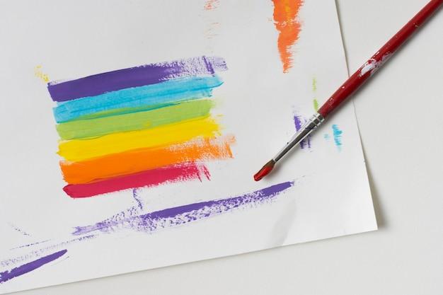 Regenbogenfarbenes papier mit pinsel